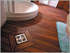 Fapadlók a fürdőszobában, kültéren, medencetérben